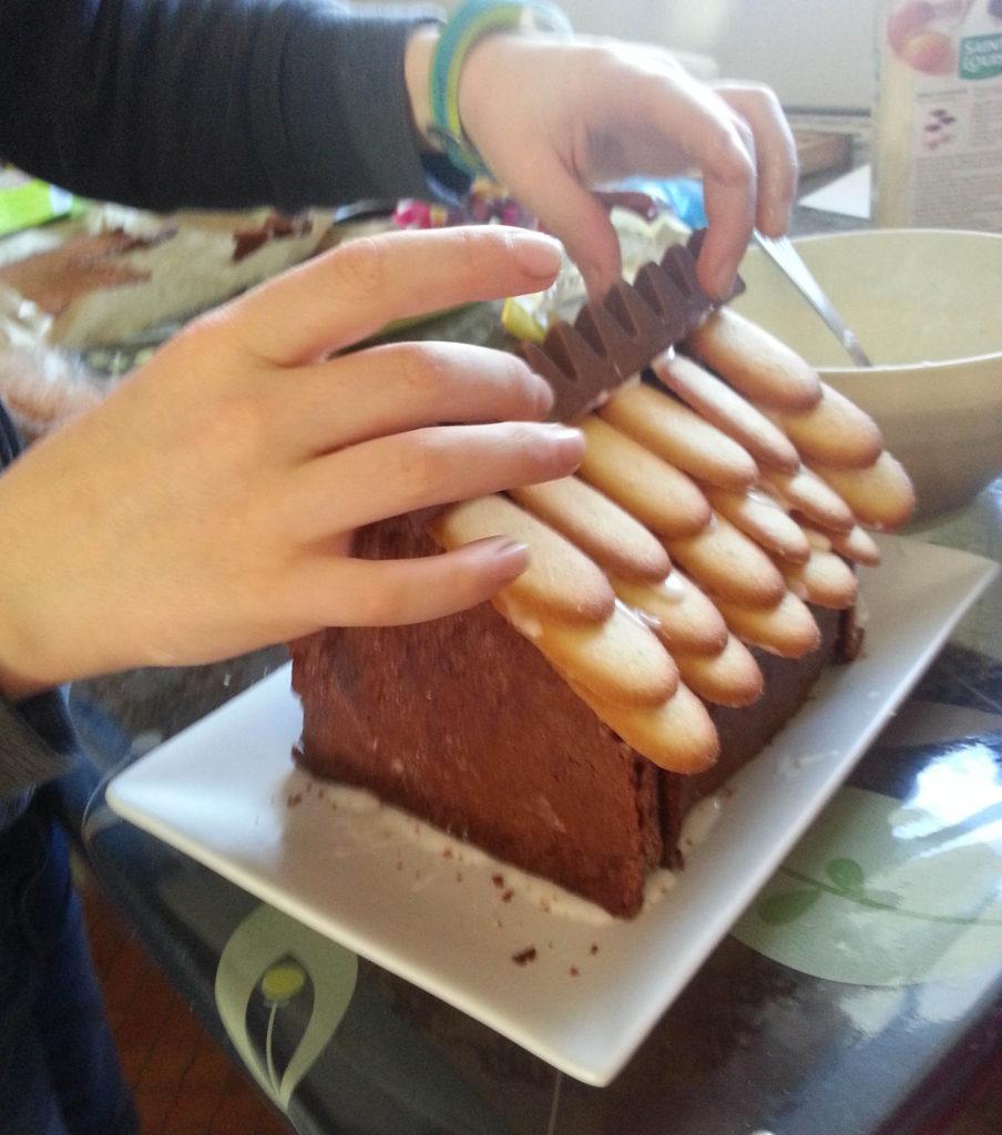 Décorer le faitage du toit par une barre de toblerone.