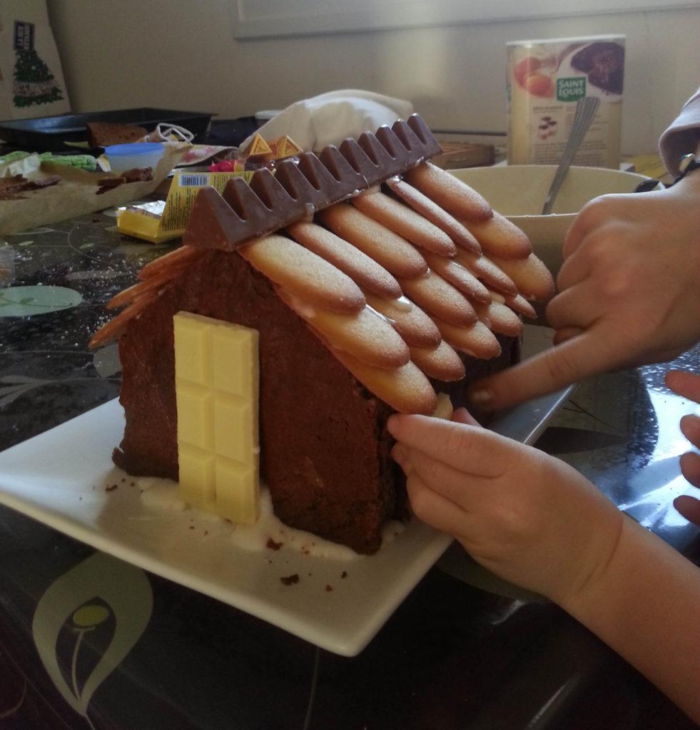 Couper des carreaux de chocolat blanc pour les volets et la porte.